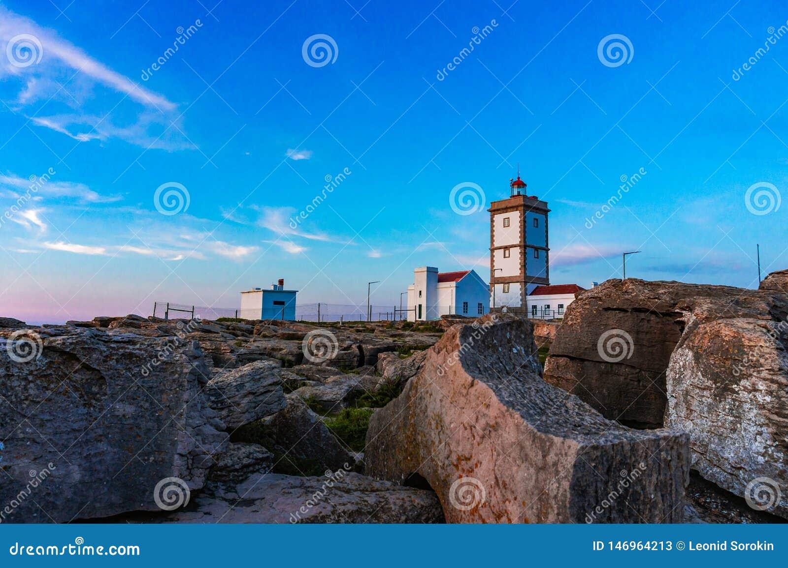 Rockowy widoku t?o z latarni? morsk? przyl?dek Carvoeiro, Peniche, Portugalia