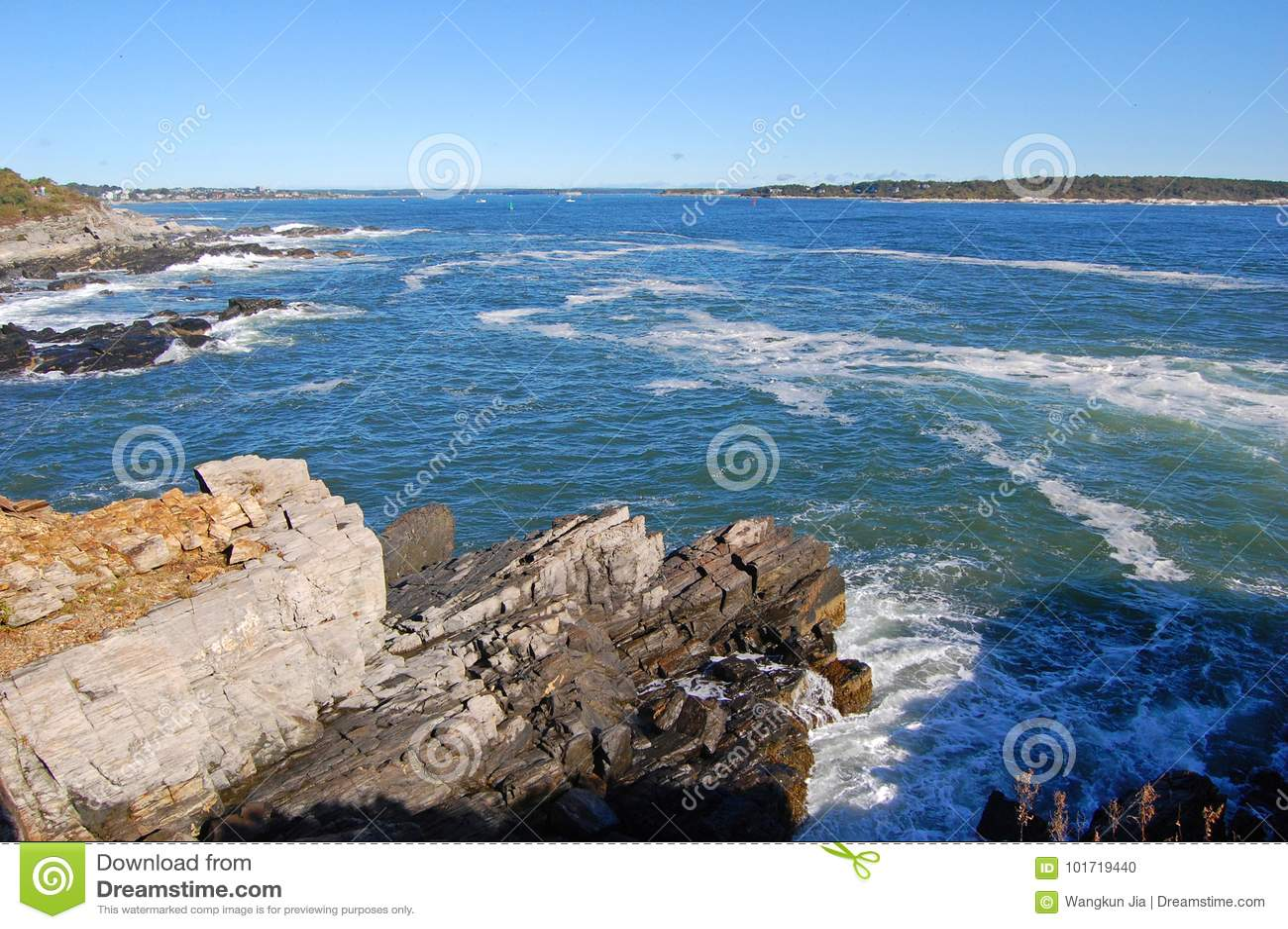 Rocky Coast på den Casco fjärden nära Portland, Maine, USA
