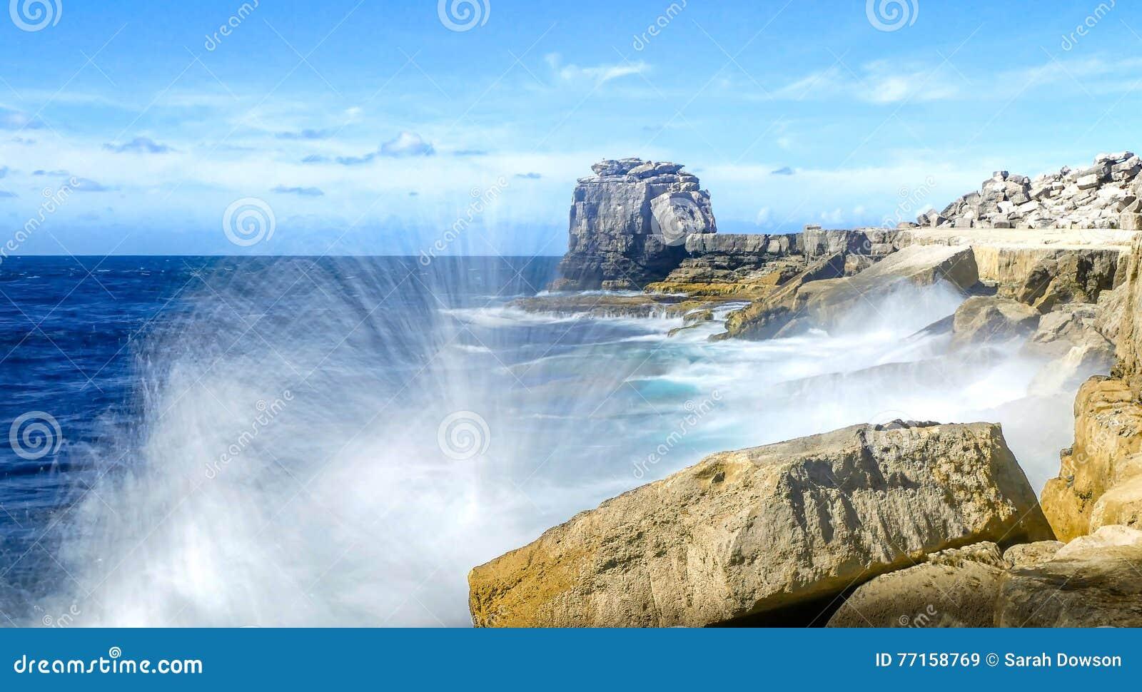 Rocky Coastline avec la vague se brisant contre les roches