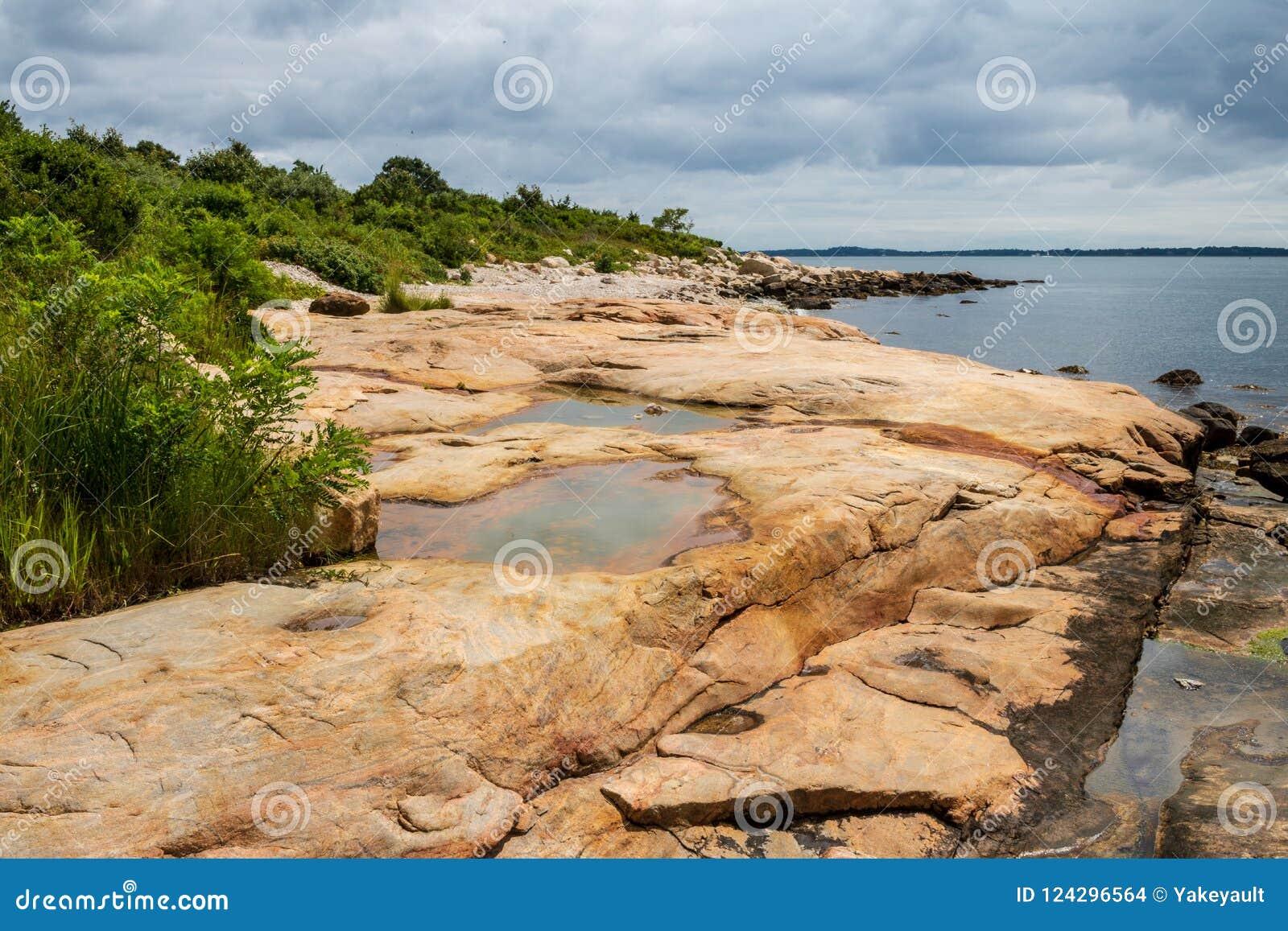 Rocky Connecticut-Strand an einem Sommertag