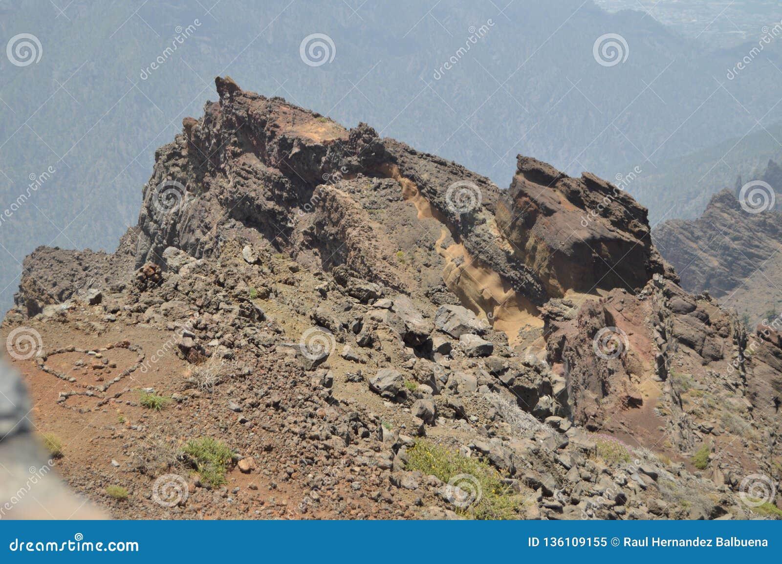 Rocky Formation On The Summit avec un coeur des pierres vers votre gauche en parc national de De Taburiente de caldeira Voyage, n