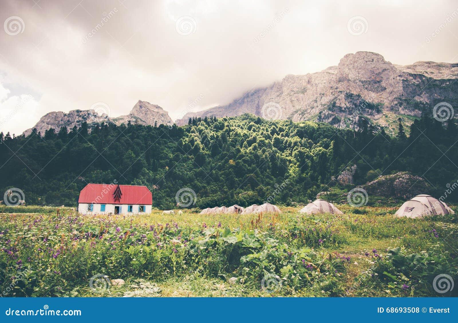 Rocky Mountains Camping Valley met toeristisch tenten en huislandschap