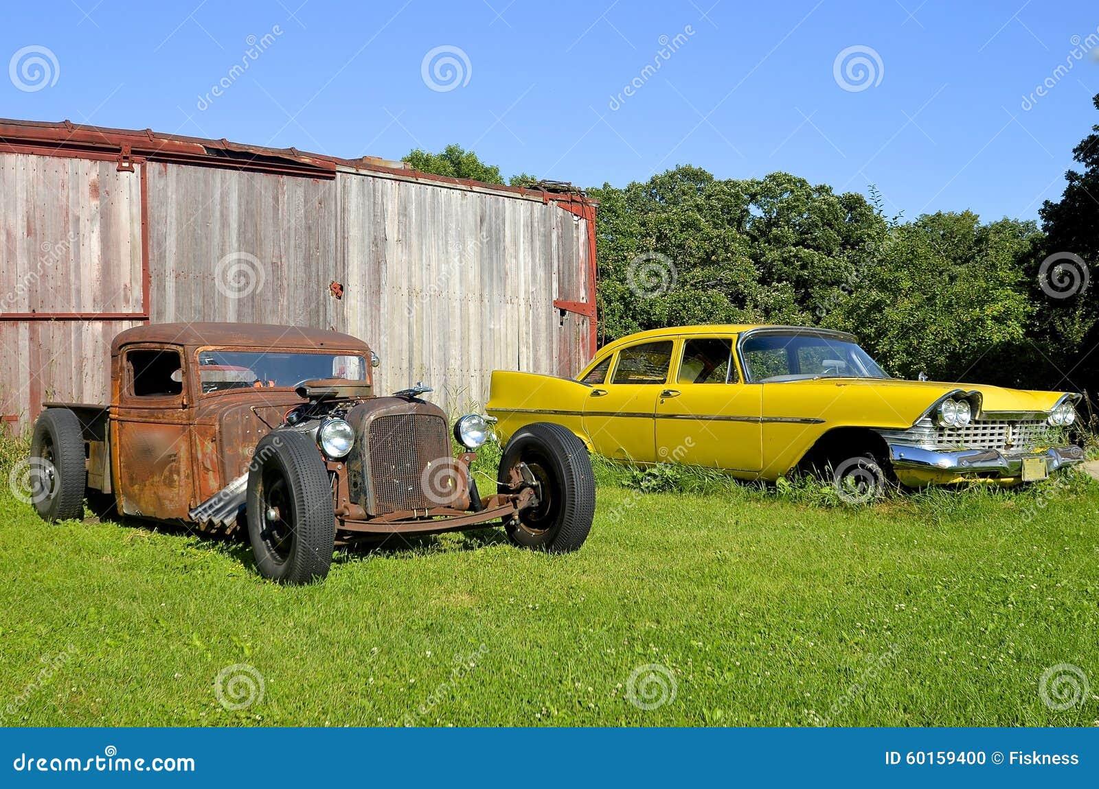 Roczników samochody przy linia kolejowa pudełkowaty samochód