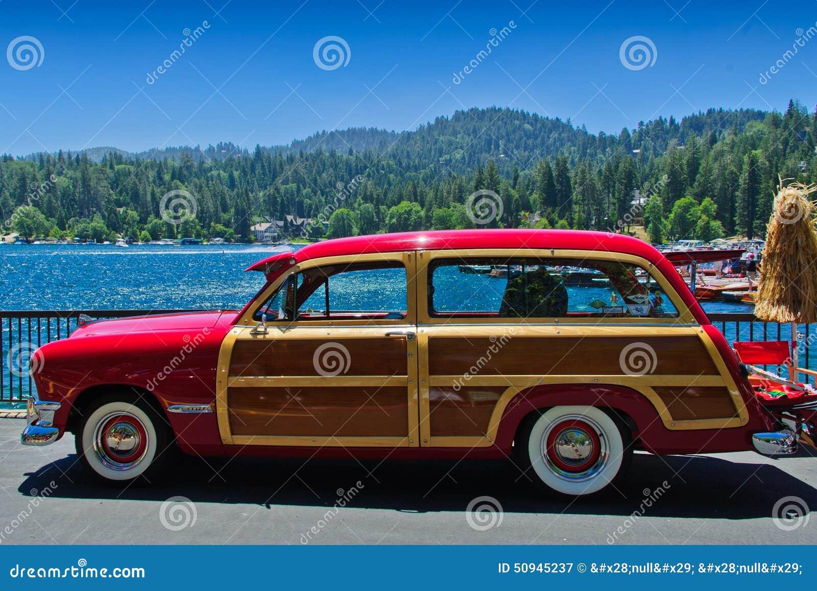 Rocznik Ford Odrewniały przy jeziornym grotem