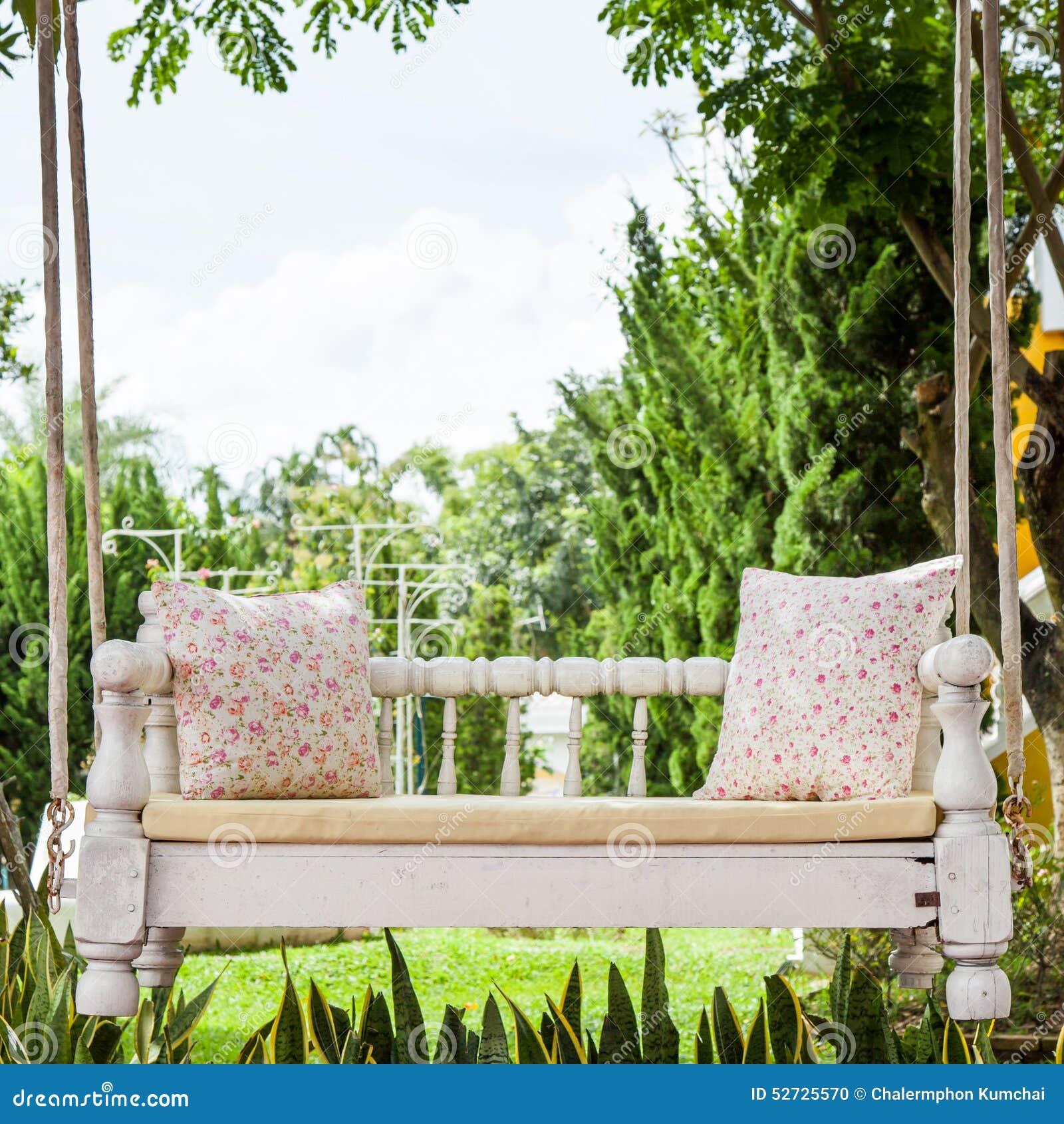 Rocznik huśtawka i światło - różowa kwiat poduszka