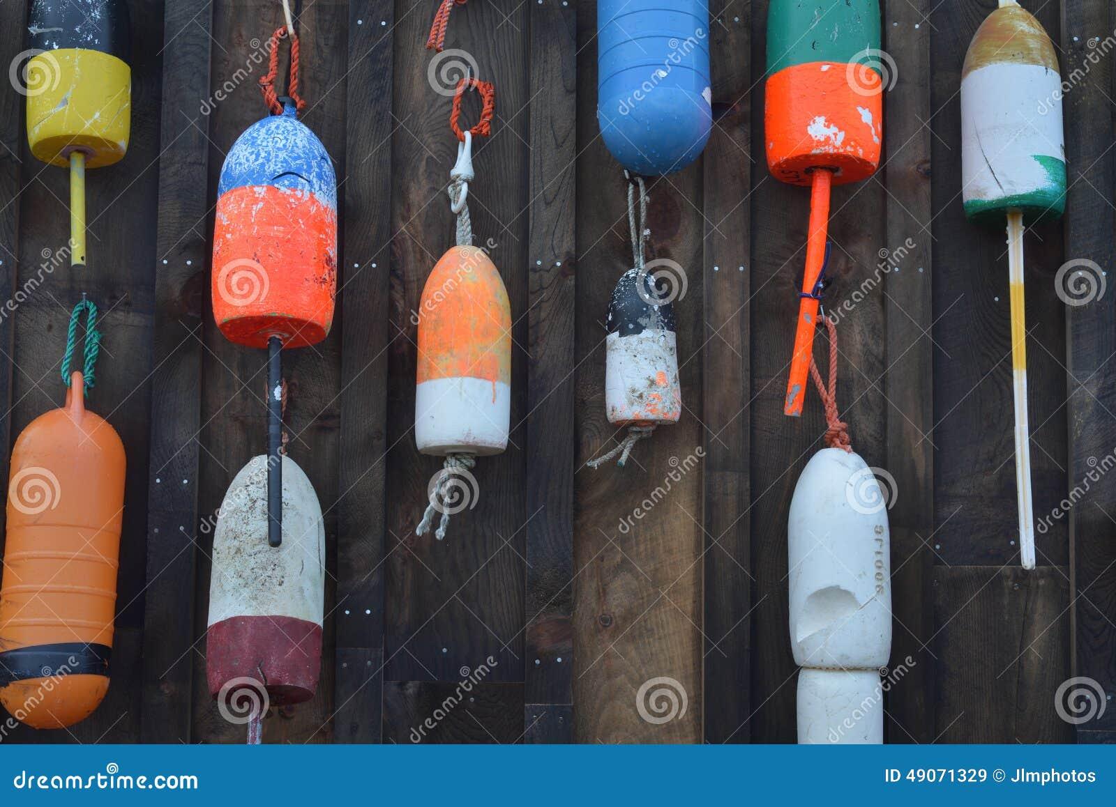 Rocznik i kolorowy homar unosimy się obwieszenie na starym homarze fi