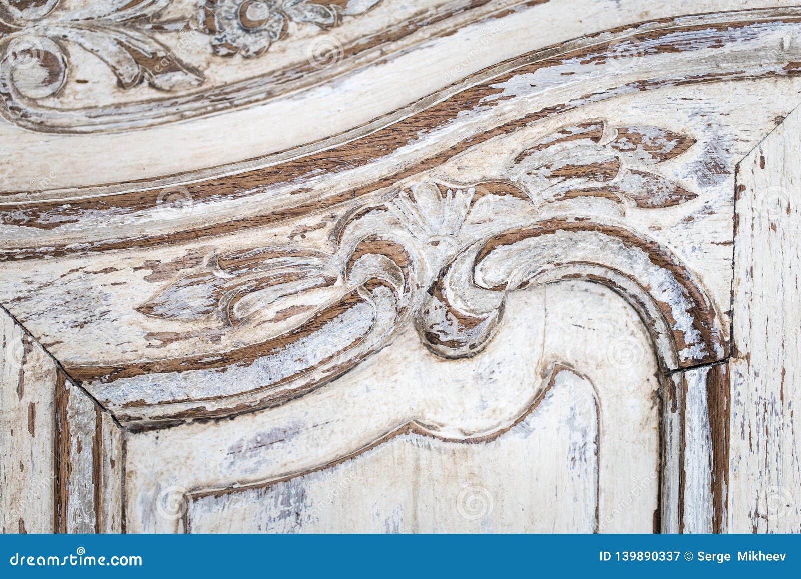 Rocznik klatka piersiowa kreślarzi z rzeźbić białego kolor z fadingiem i metal rękojeścią Zakończenie Selekcyjna ostrość