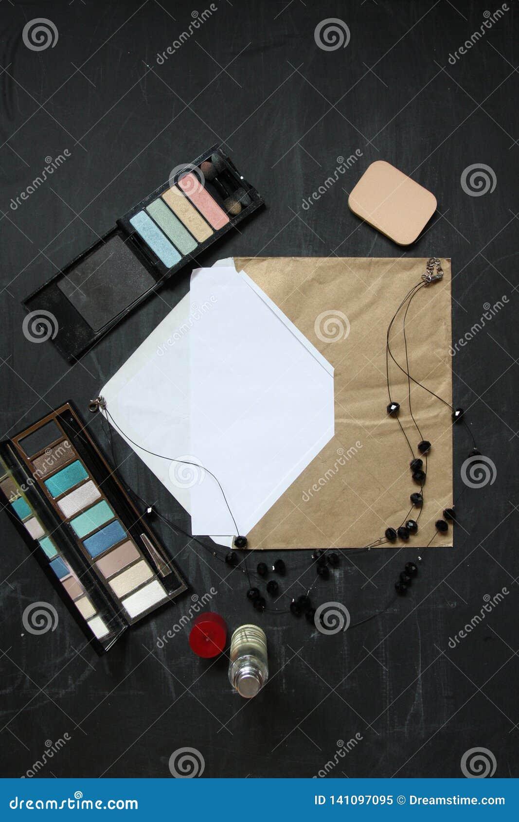 Rocznik koperta z czarnym eyeshadow dla twój teksta i kolią