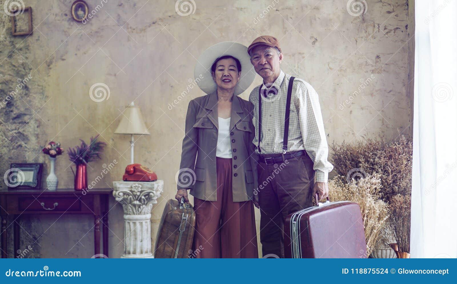 Rocznik mody pary retro Azjatyckiej starszej podróży luksusowa wycieczka aft