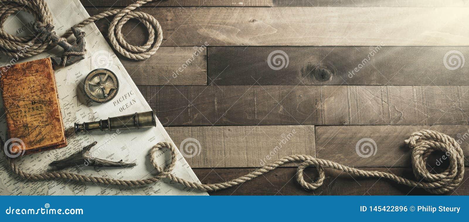Rocznik podróży Nautyczni instrumenty Z arkaną I kotwicą Na Drewnianym statku pokładu tle - podróży, przywódctwo pojęcie