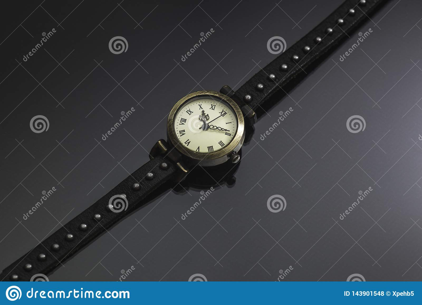Rocznik ręki zegarki na popielatym tle