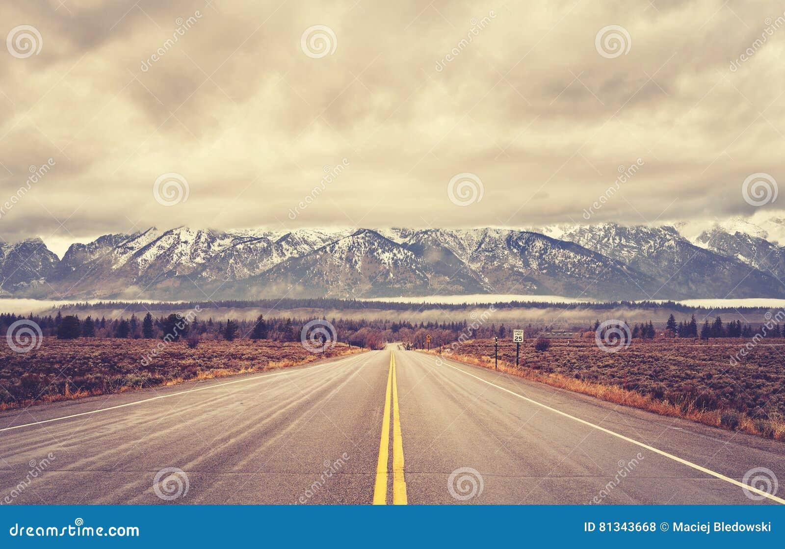 Rocznik tonował sceniczną drogę w Uroczystym Teton parku narodowym, usa