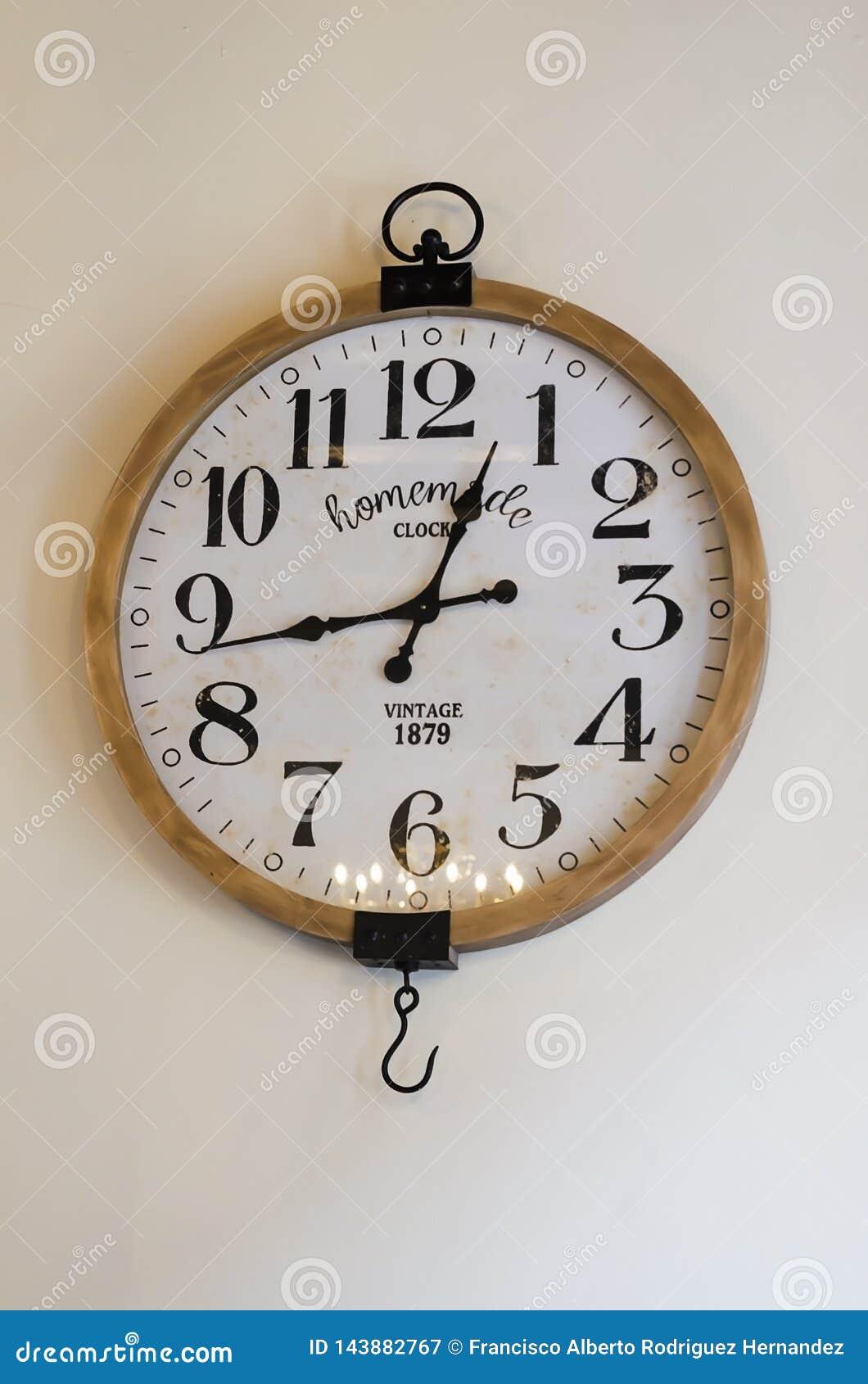 Rocznika ścienny zegar na białej ścianie