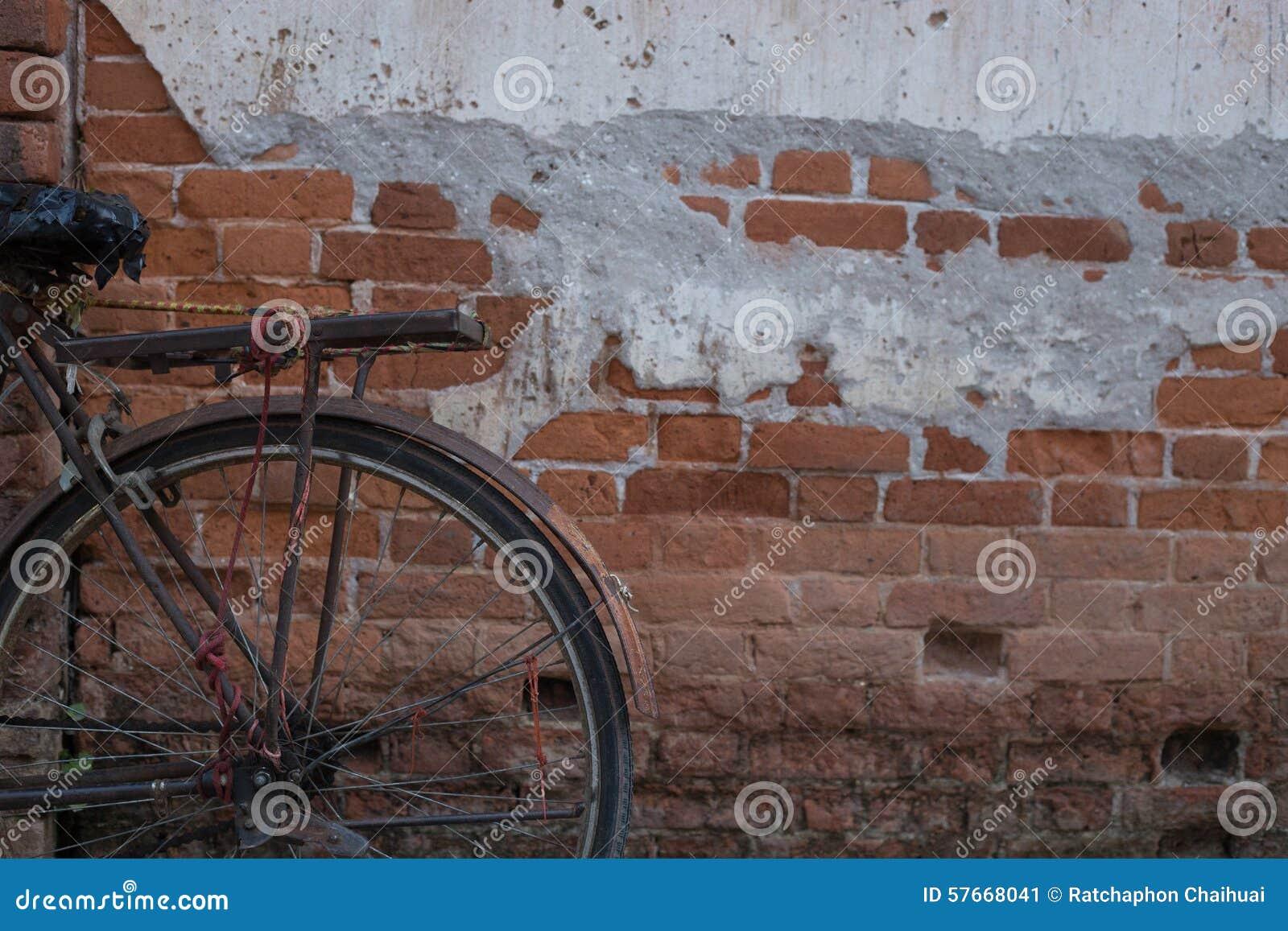 Rocznika bicykl blisko starej ściany