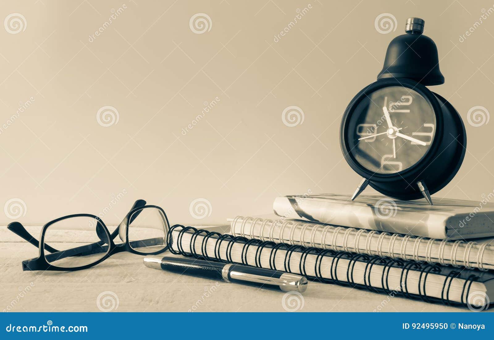 Rocznika budzik, notatnik, eyeglass i pióro,