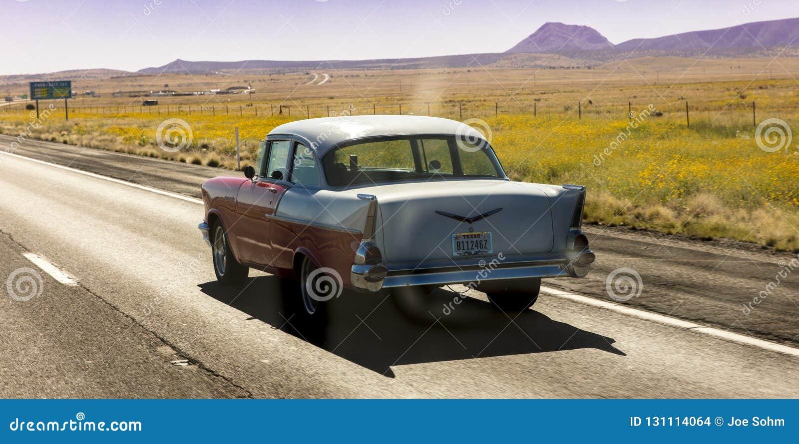 Rocznika 1957 Chevrolet historyczne przejażdżki przez dalekiego Teksas Lądują
