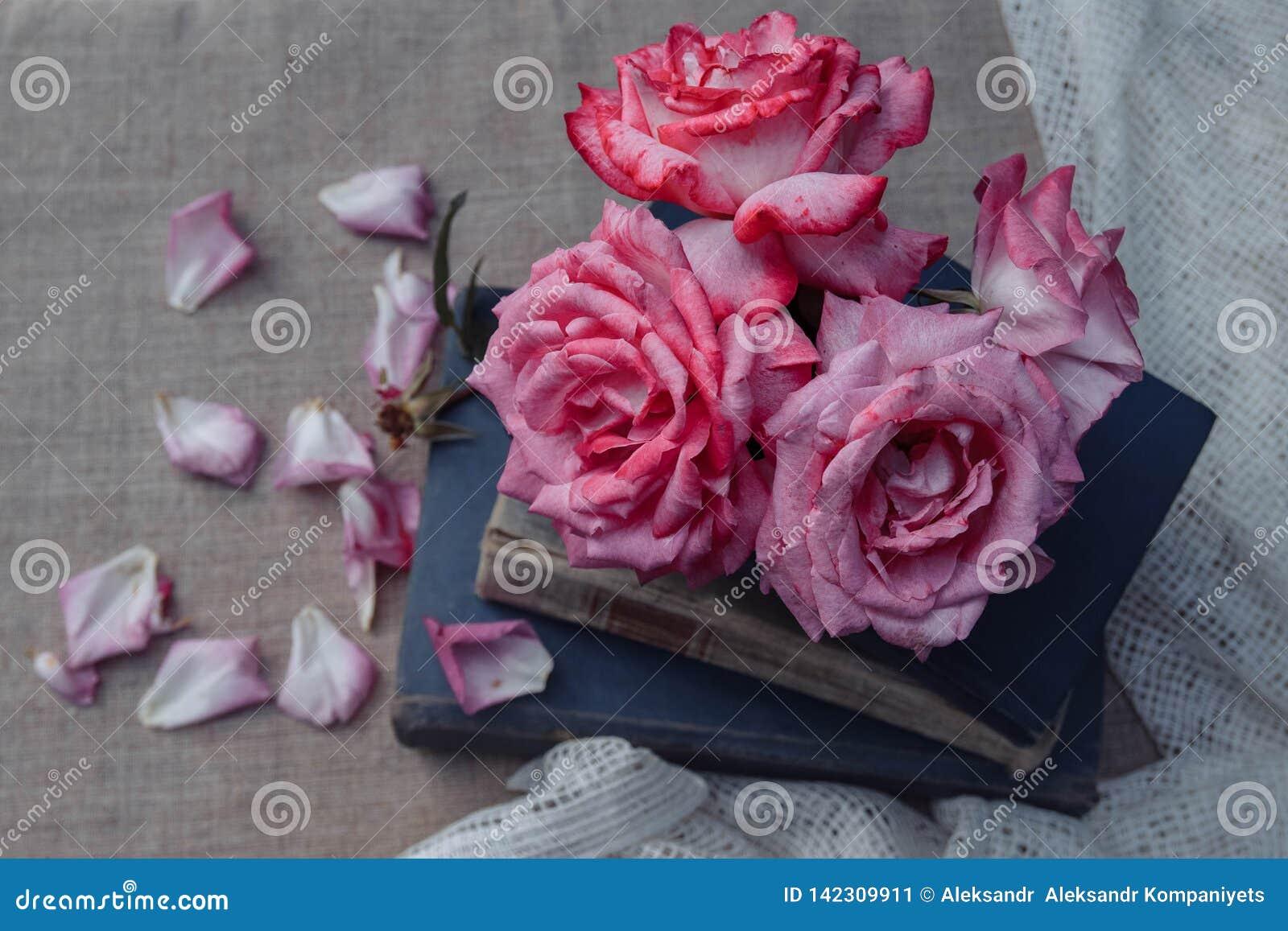 Rocznika czas wolny, czytanie i kwiaty,