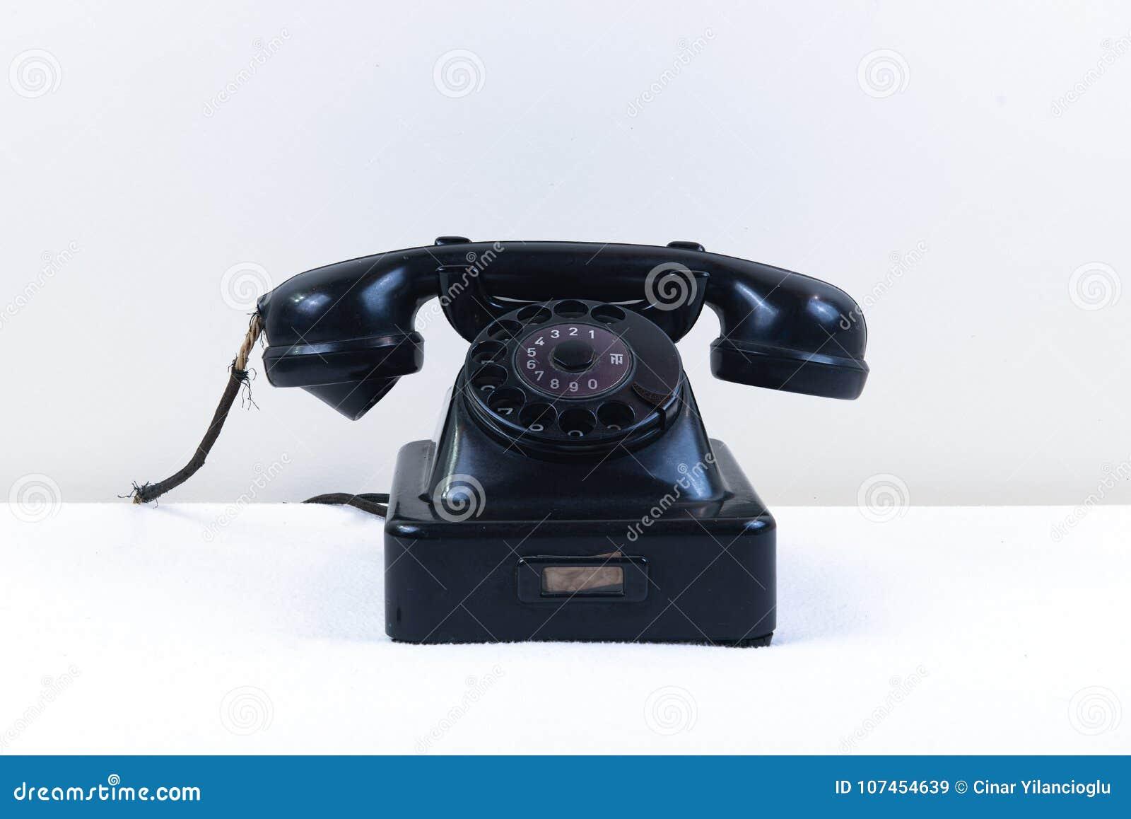 Rocznika czerni fortepianowy telefon z klasyczną obrotową tarczą