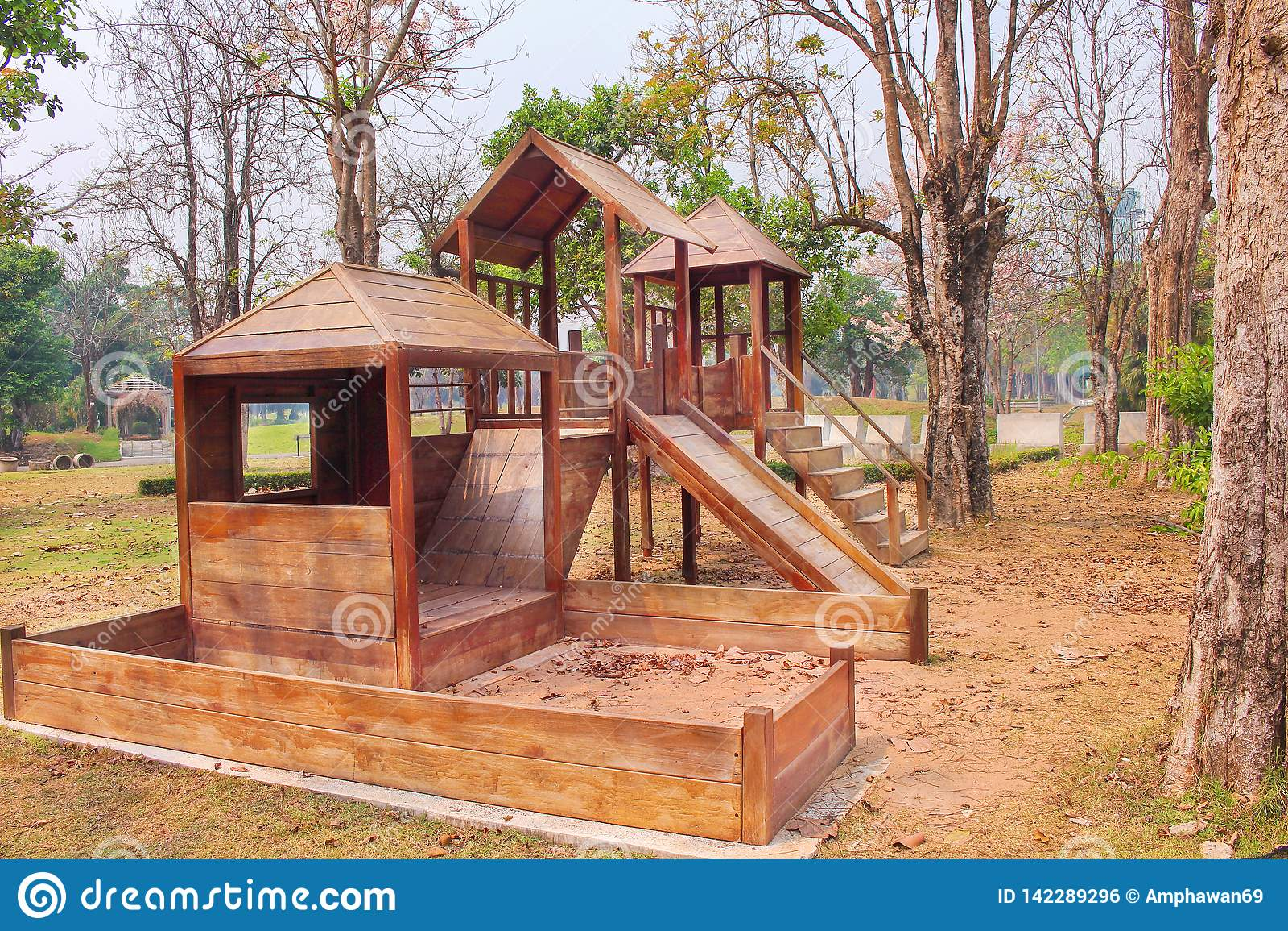 Rocznika drewniany boisko, żadny dzieci na tle