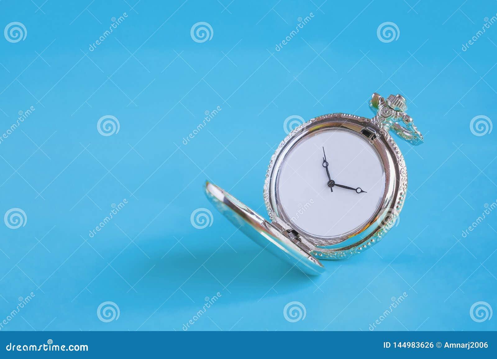Rocznika kieszeniowy zegarek na kolorze