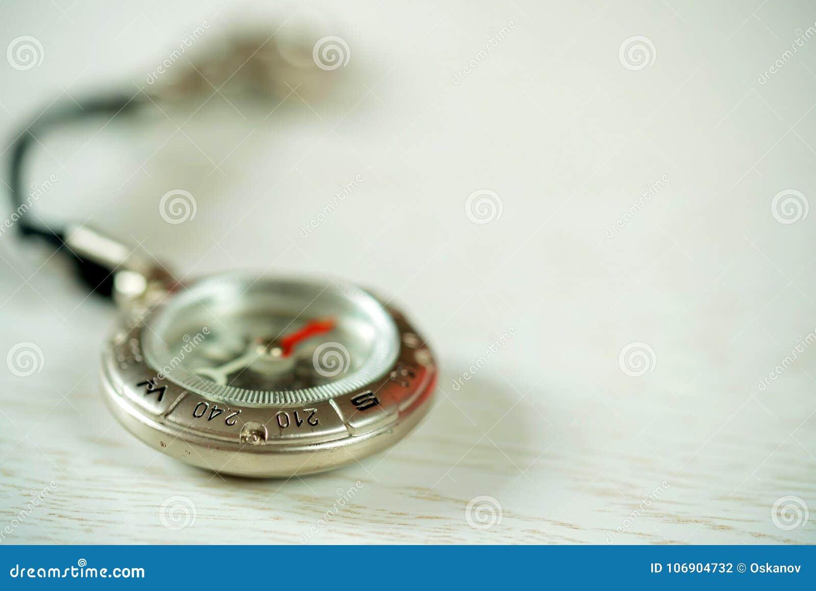 Rocznika kompas na drewnianym tle