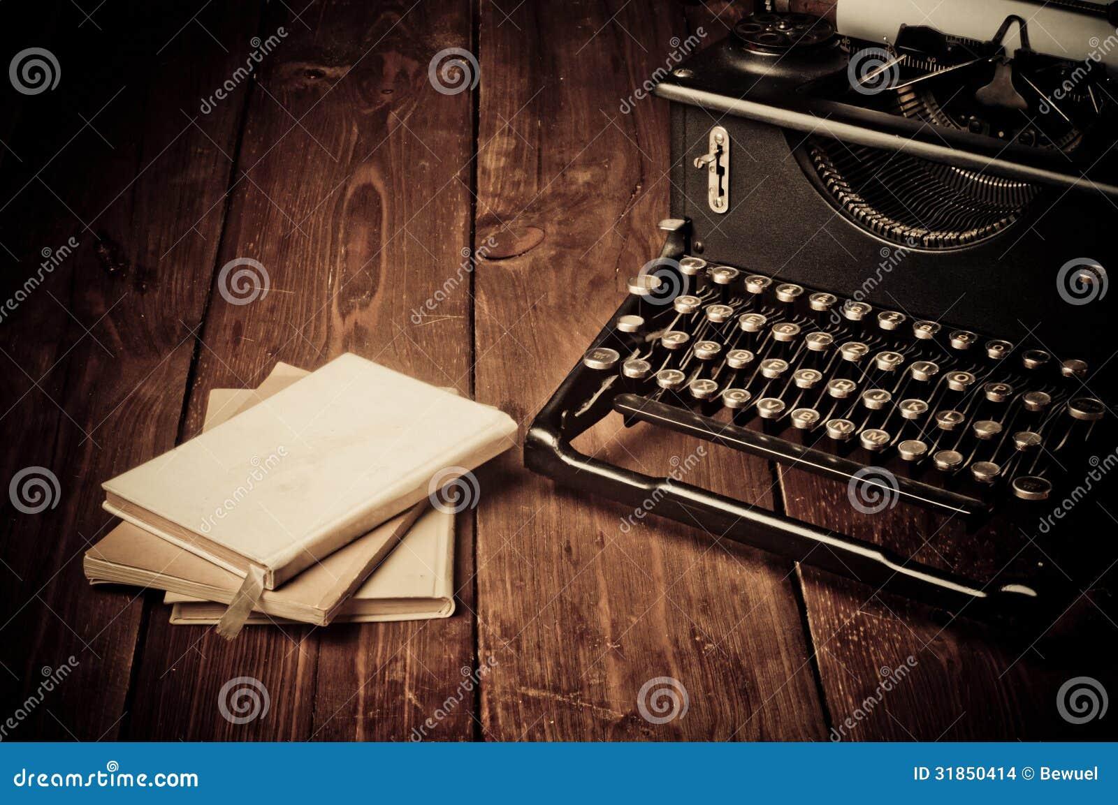 Rocznika maszyna do pisania i stare książki