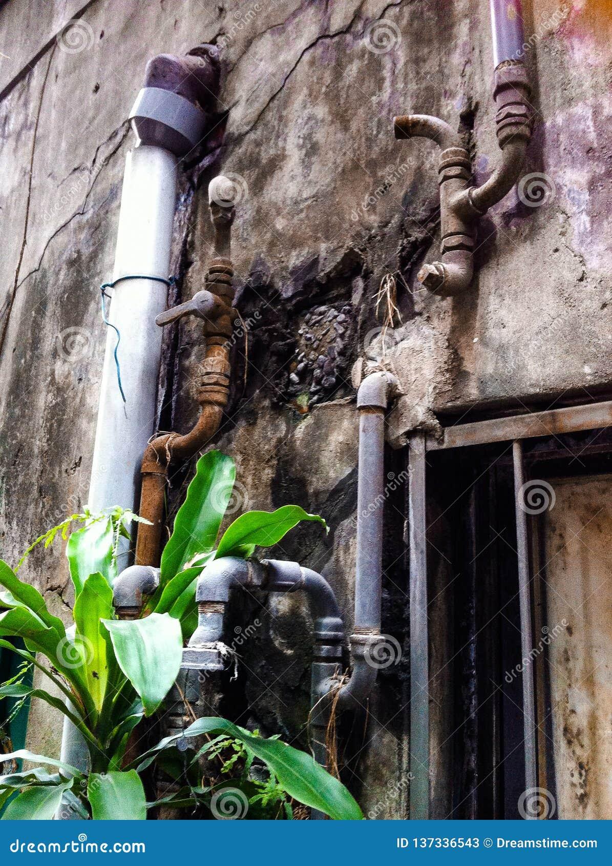Rocznika metalu dudkowanie na starym budynku właśnie nad nadokienny poręcz