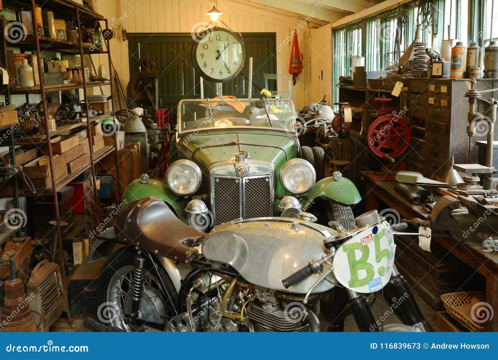 Rocznika motocykl na przedstawieniu przy brooklands muzea i samochód wyścigowy, England