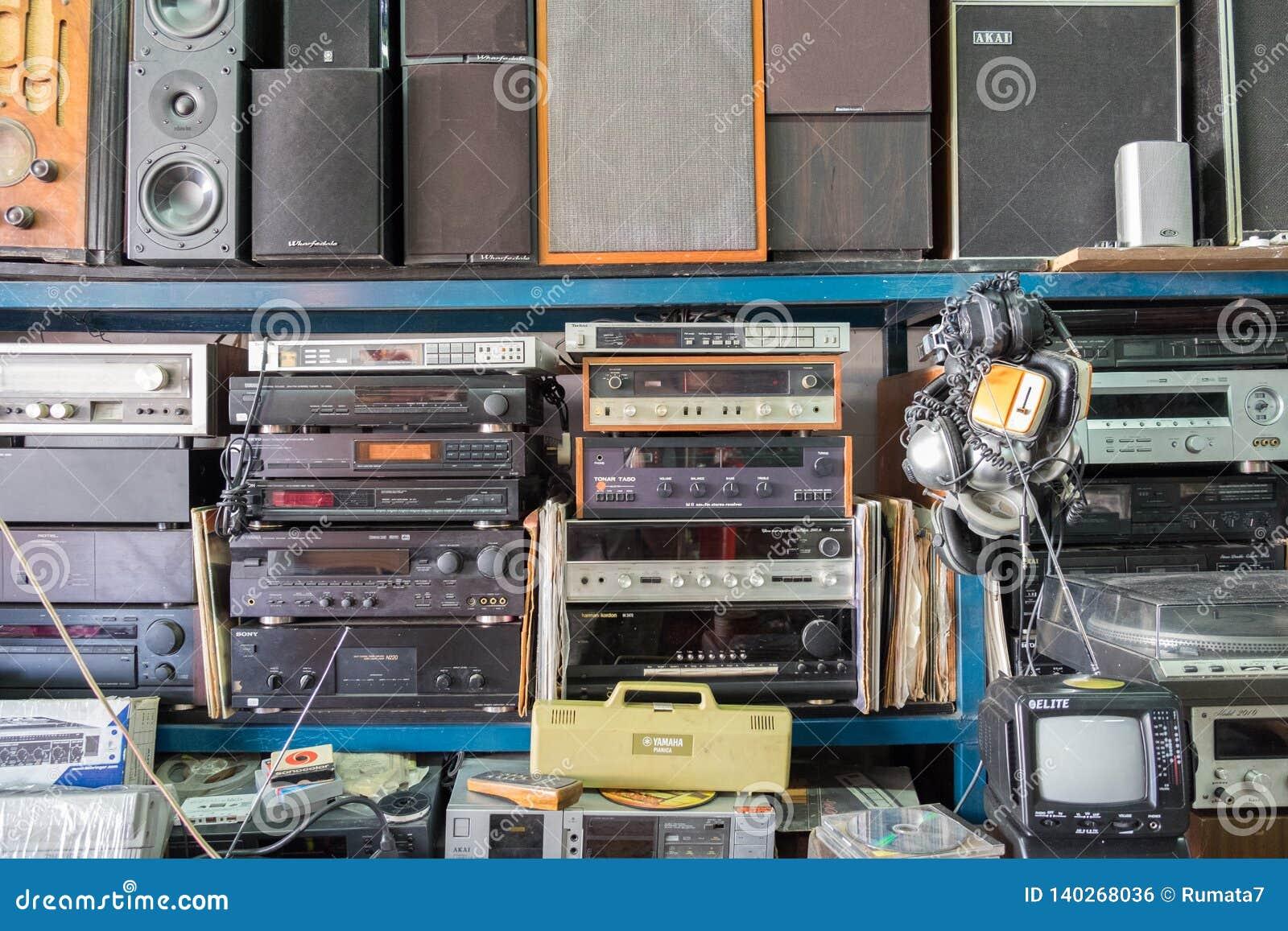 Rocznika radio, odbiorcy, tv, mówcy i inni starzy urządzenia elektroniczne przy Jaffa pchli targ półkami sklepowymi,