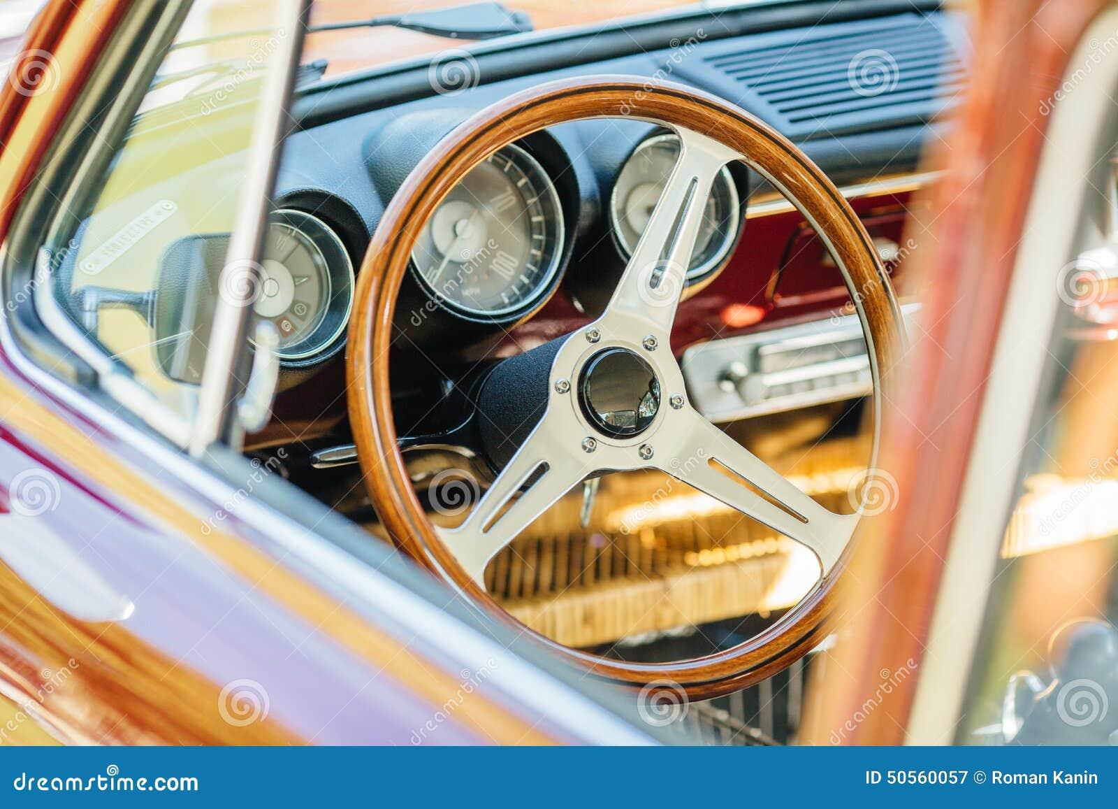 Rocznika samochodowego pojazdu stary wnętrze
