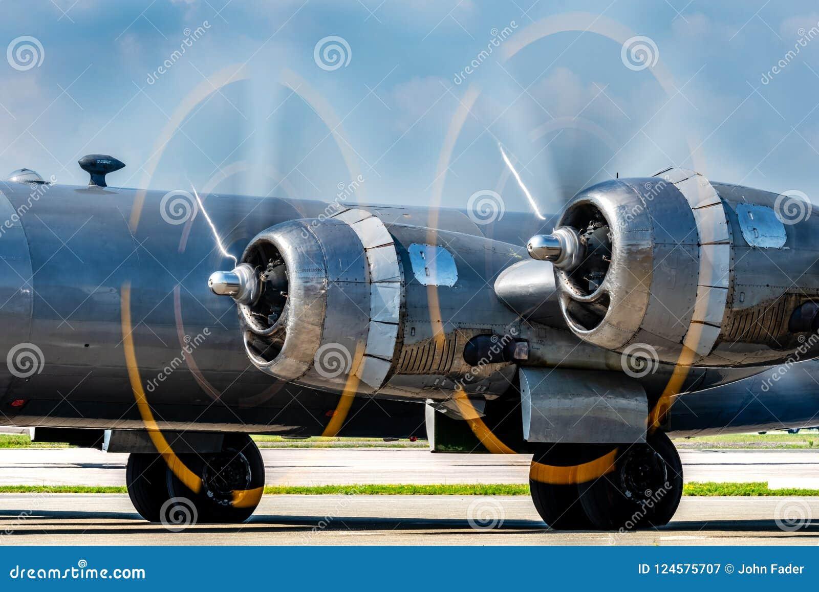 Rocznika samolotu wojskowego śmigła wiruje szybko