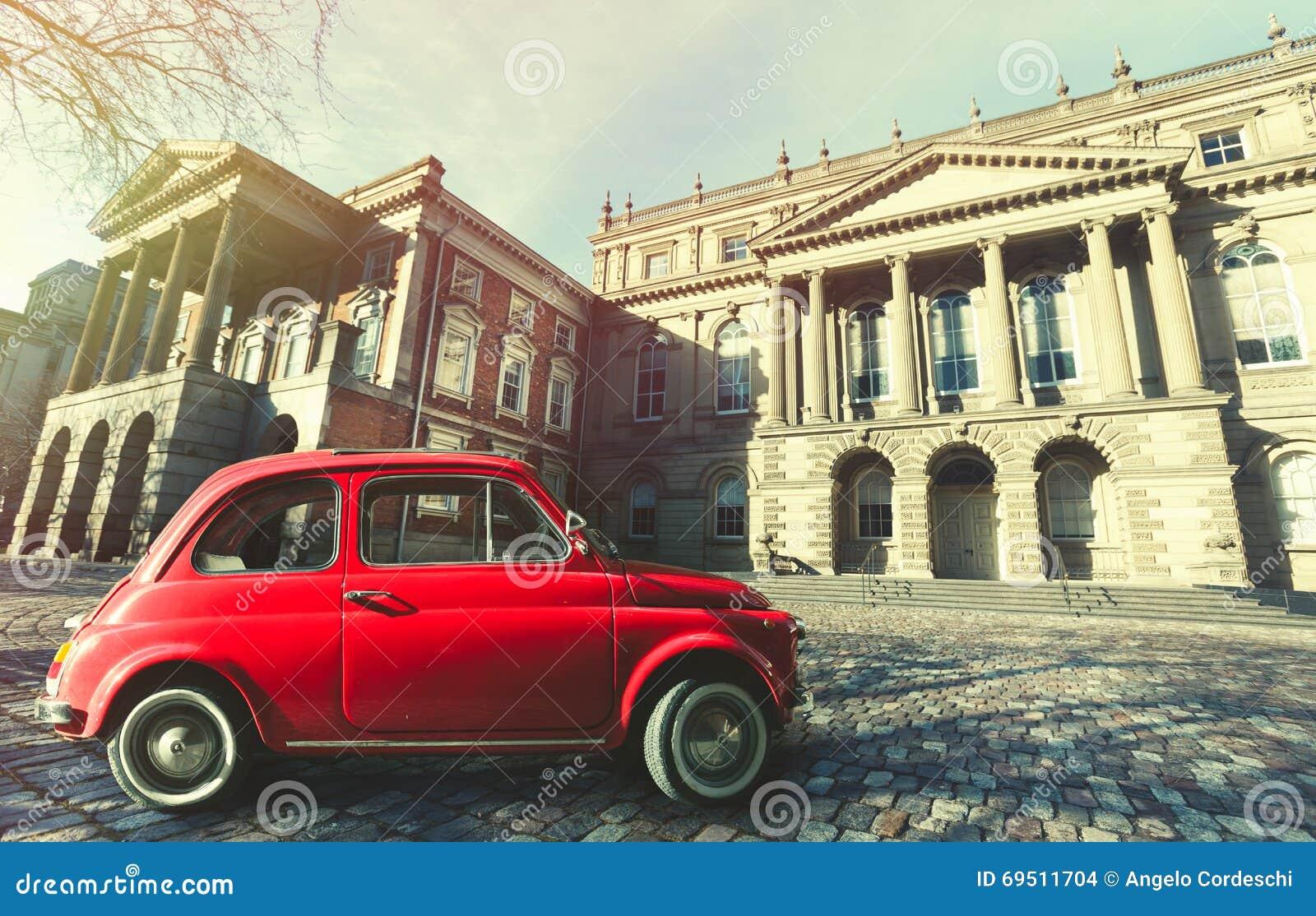Rocznika stary klasyczny włoski czerwony samochód Osgoode Hall, historyczny budynek Toronto, Kanada