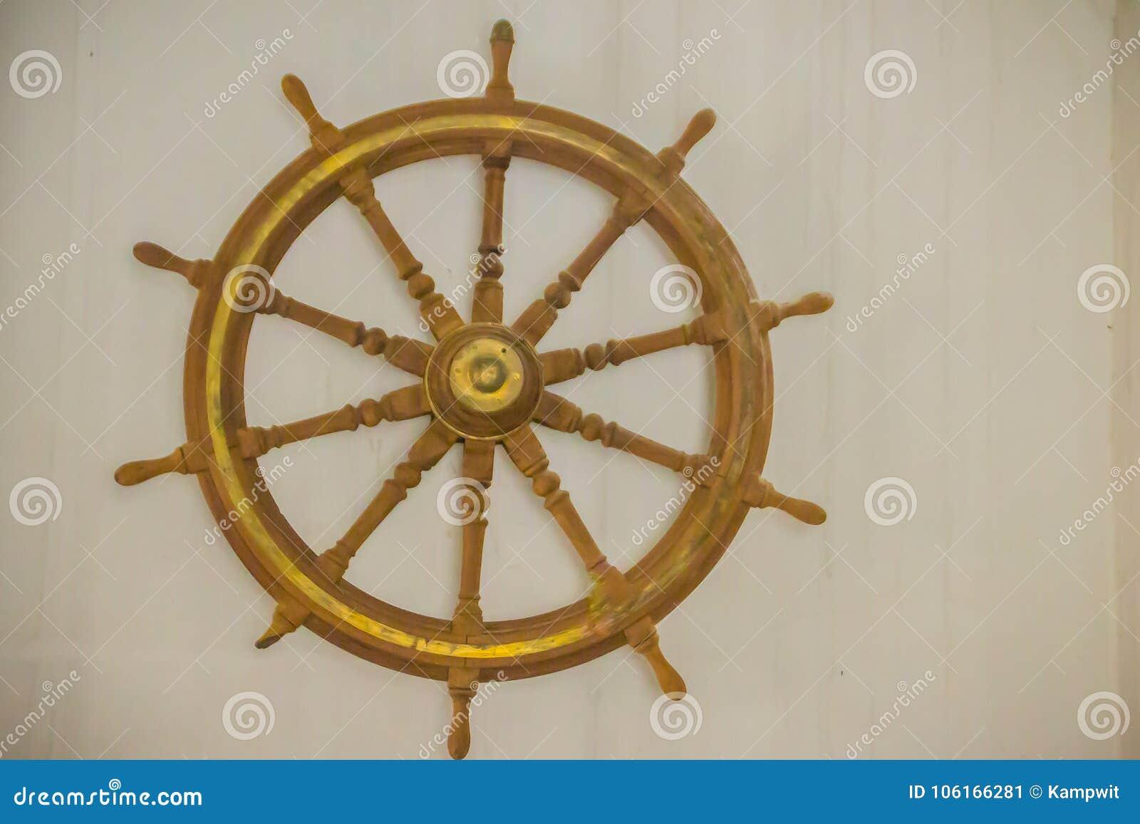 Rocznika statku stara drewniana kierownica w jawnym morskim museu
