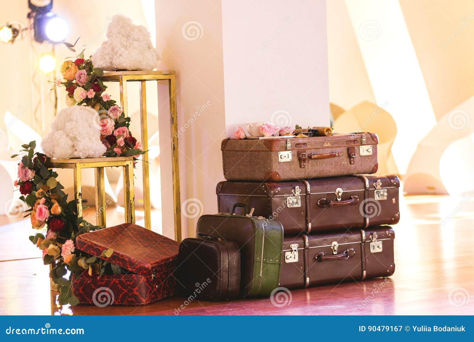 Rocznika stos Antyczne walizki Projekt i podróży pojęcie
