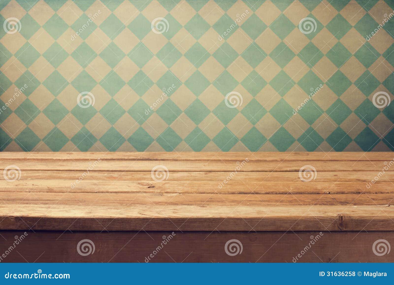 Rocznika tło z drewnianym pokładu stołem nad retro tapetą