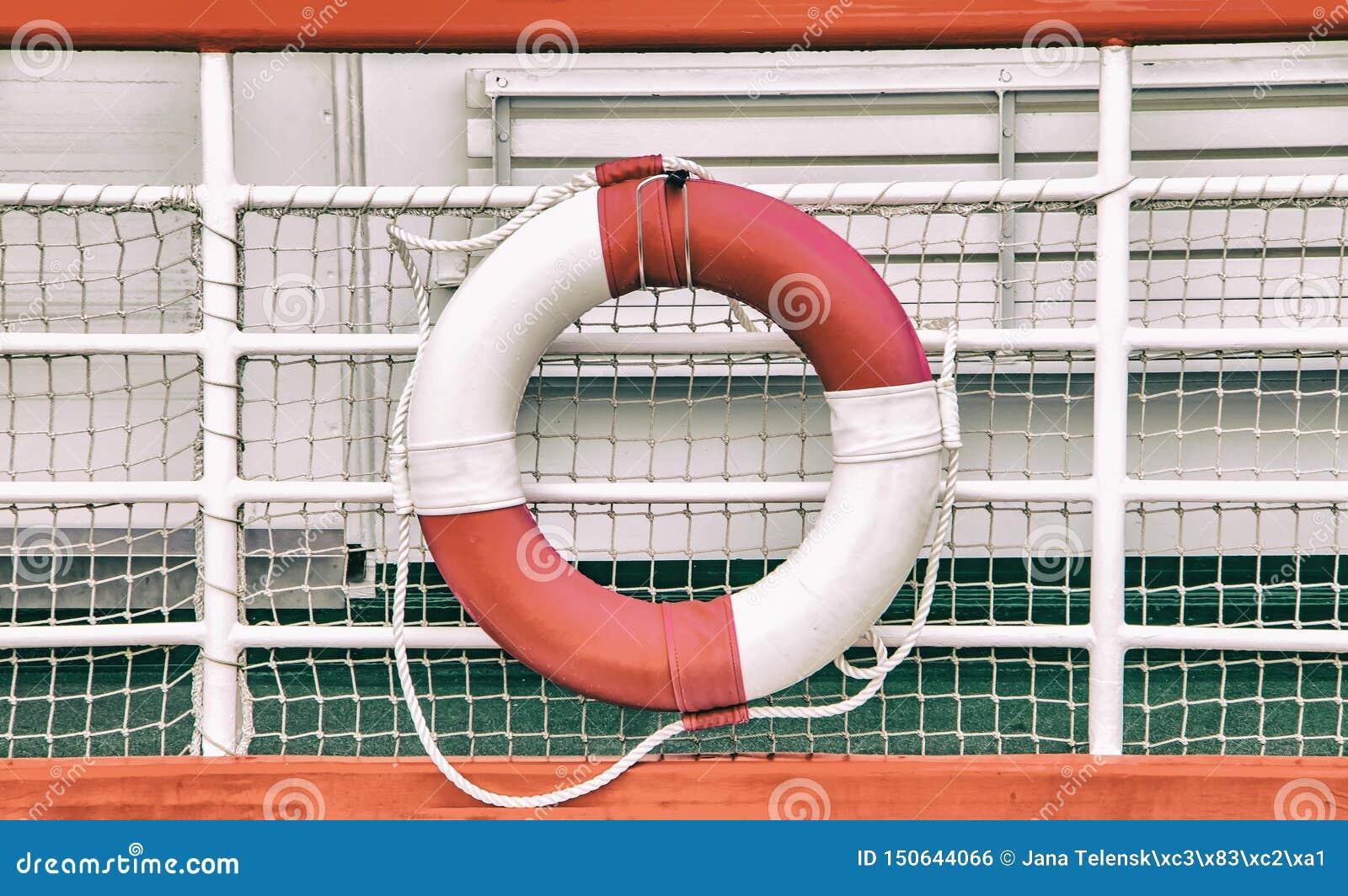 Rocznika tło z ratowniczym okręgiem na łodzi Lifebuoy wspina się na statku