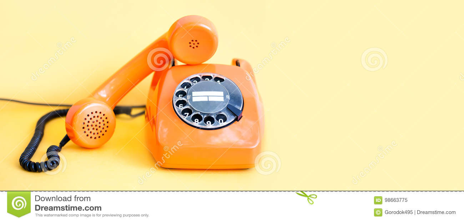 Rocznika telefonu handset ruchliwie odbiorca na żółtym tle Retro stylowego pomarańcze telefonu centrum telefonicznego komunikacyj