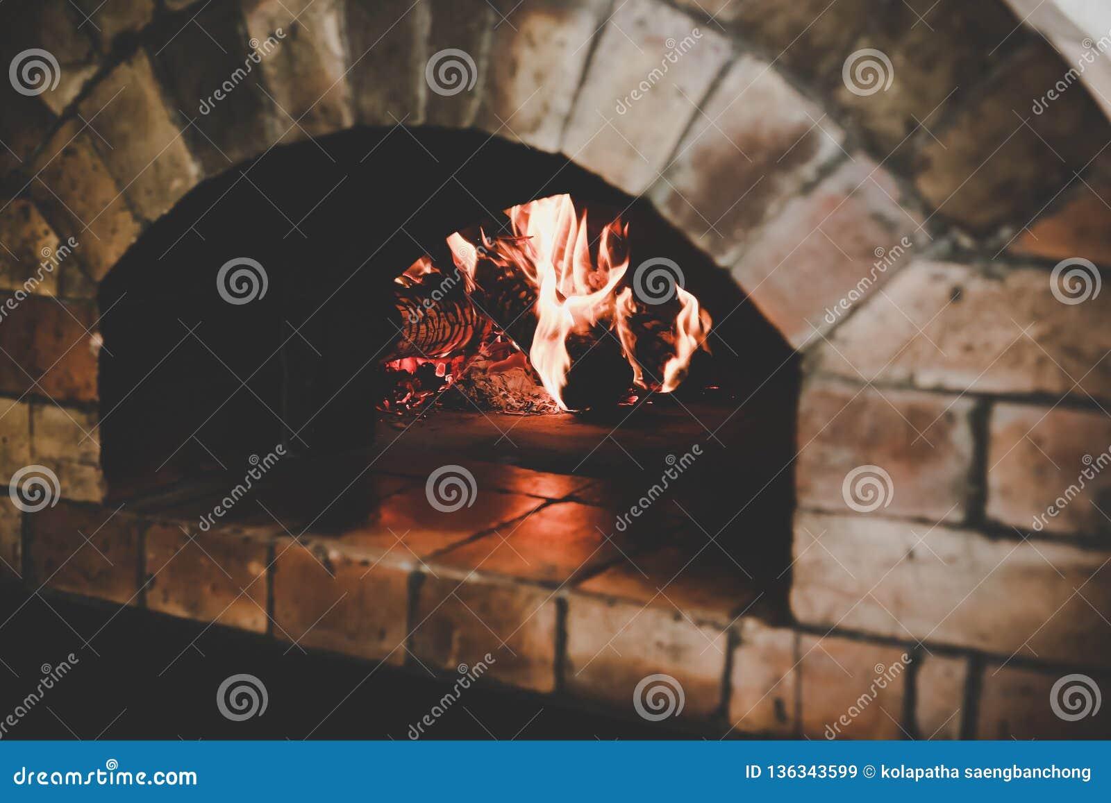 Rocznika tradycyjny piekarnik robi od brąz cegieł z płomieniem i łupką dla gotować yummy chleb lub piec pizzę lub gdy