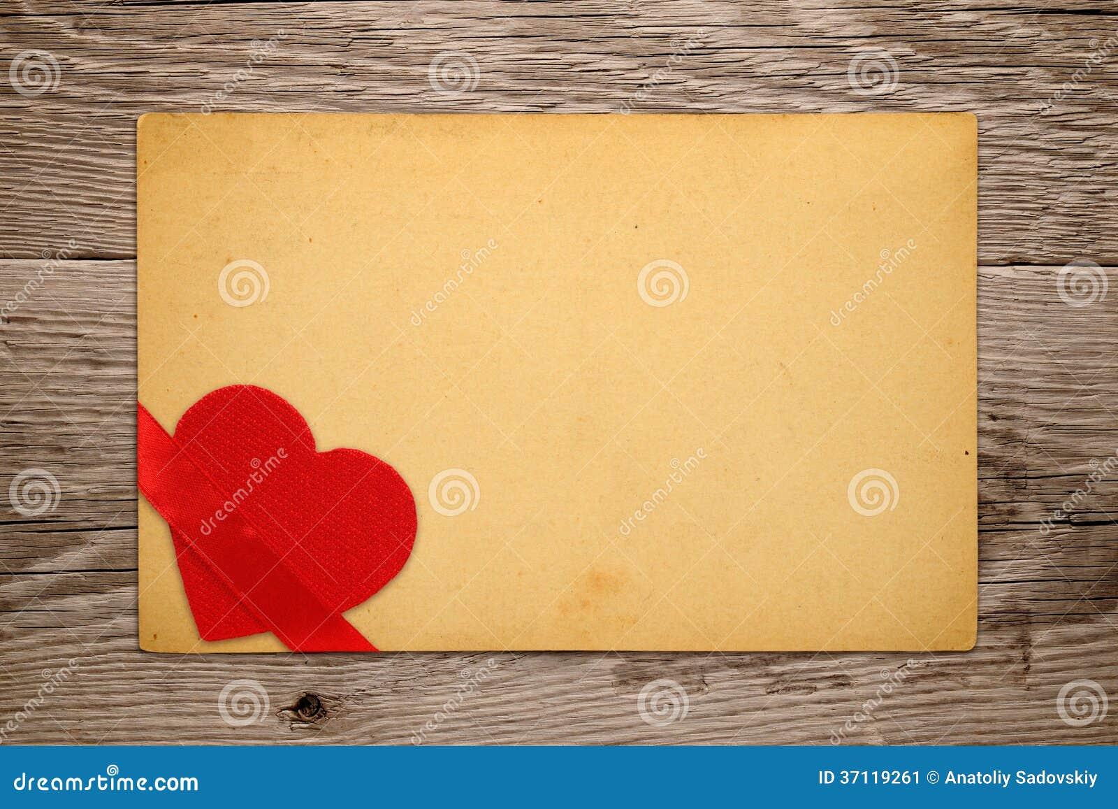 Rocznika valentine karta z czerwonym sercem