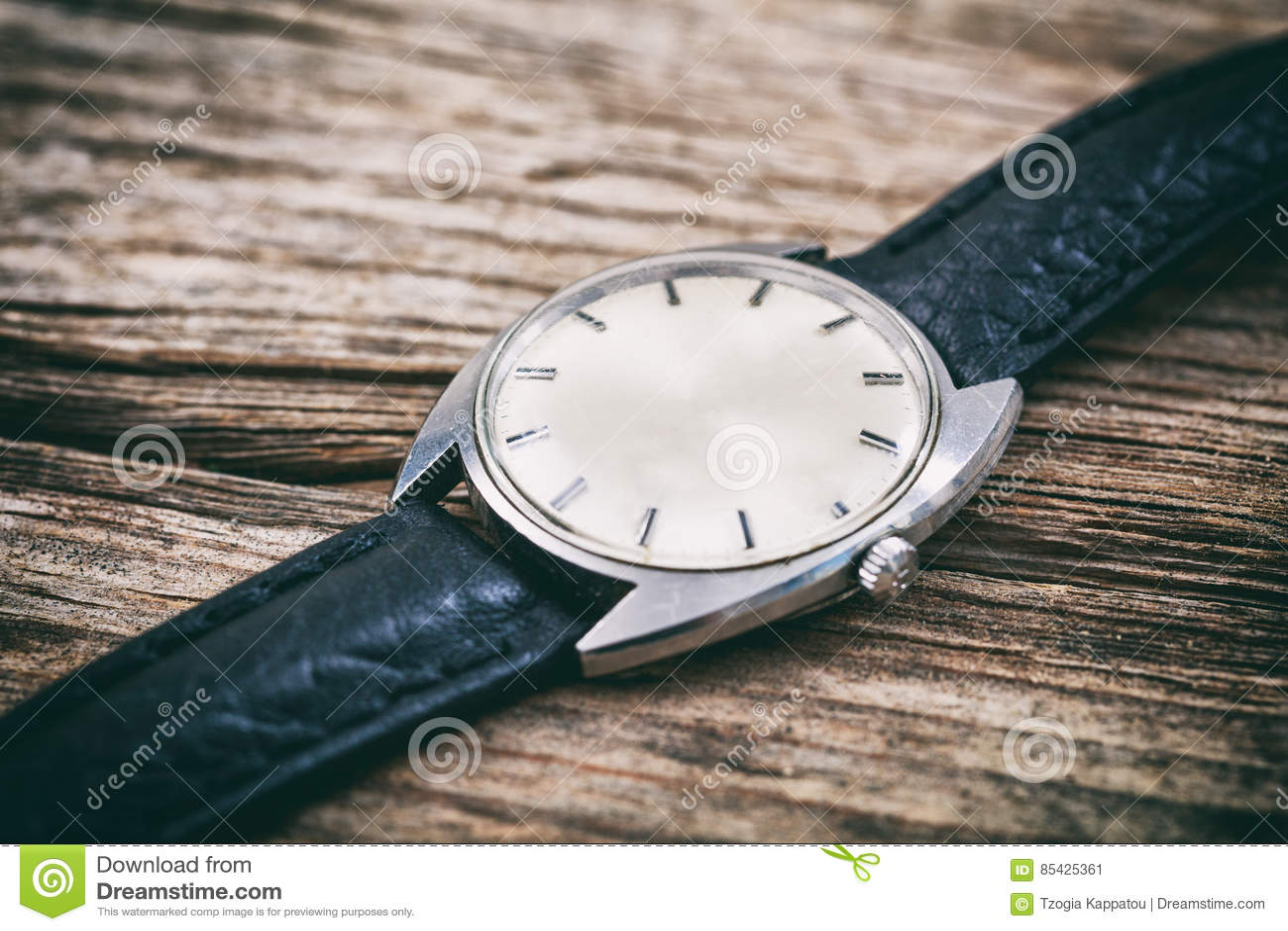Rocznika zegarek na drewnianym tle