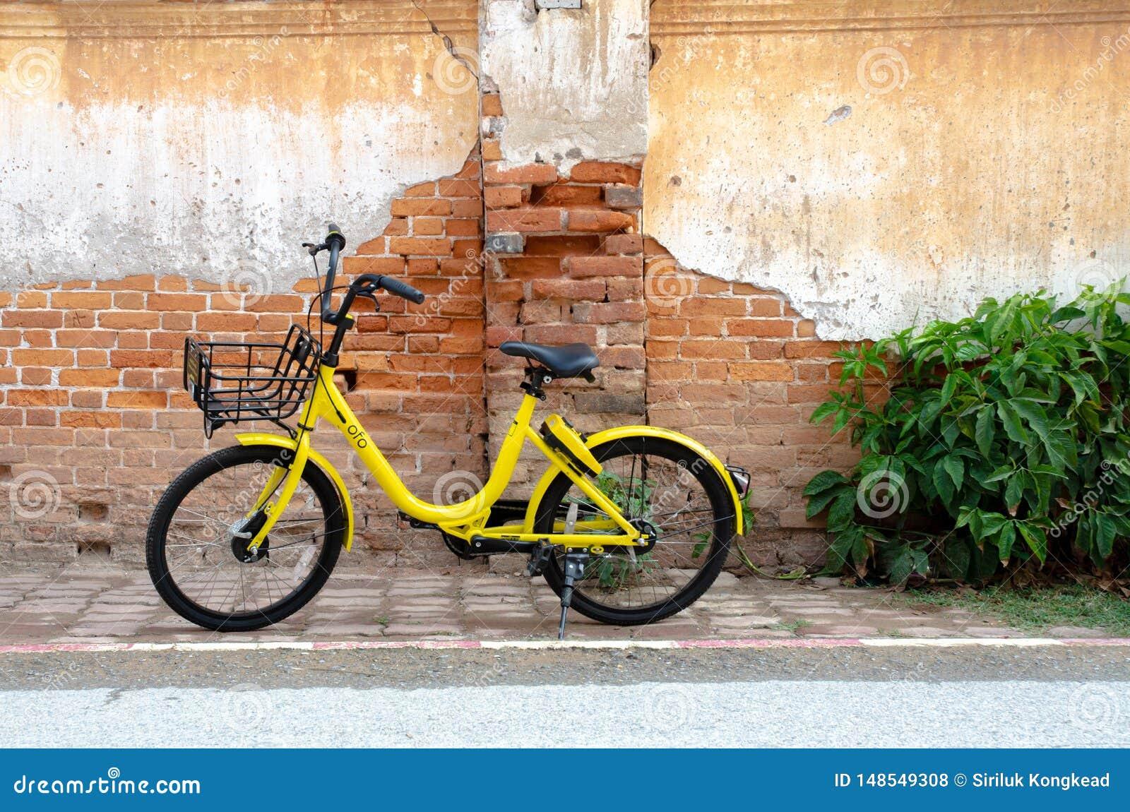 Roda amarela do preto da bicicleta