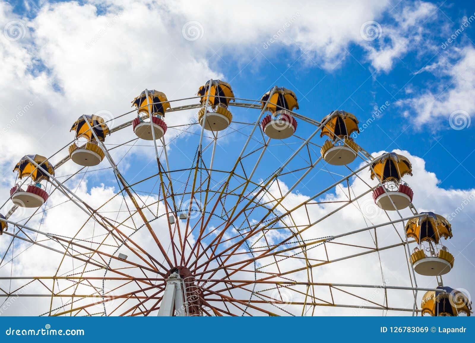 Roda de Ferris contra o céu Atração no parque da cidade