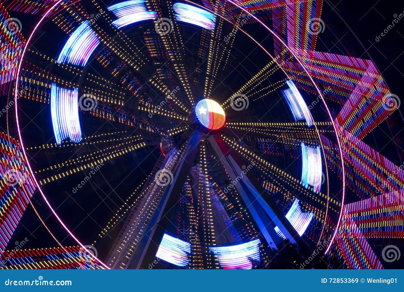 Roda de Ferris de giro bonita na noite