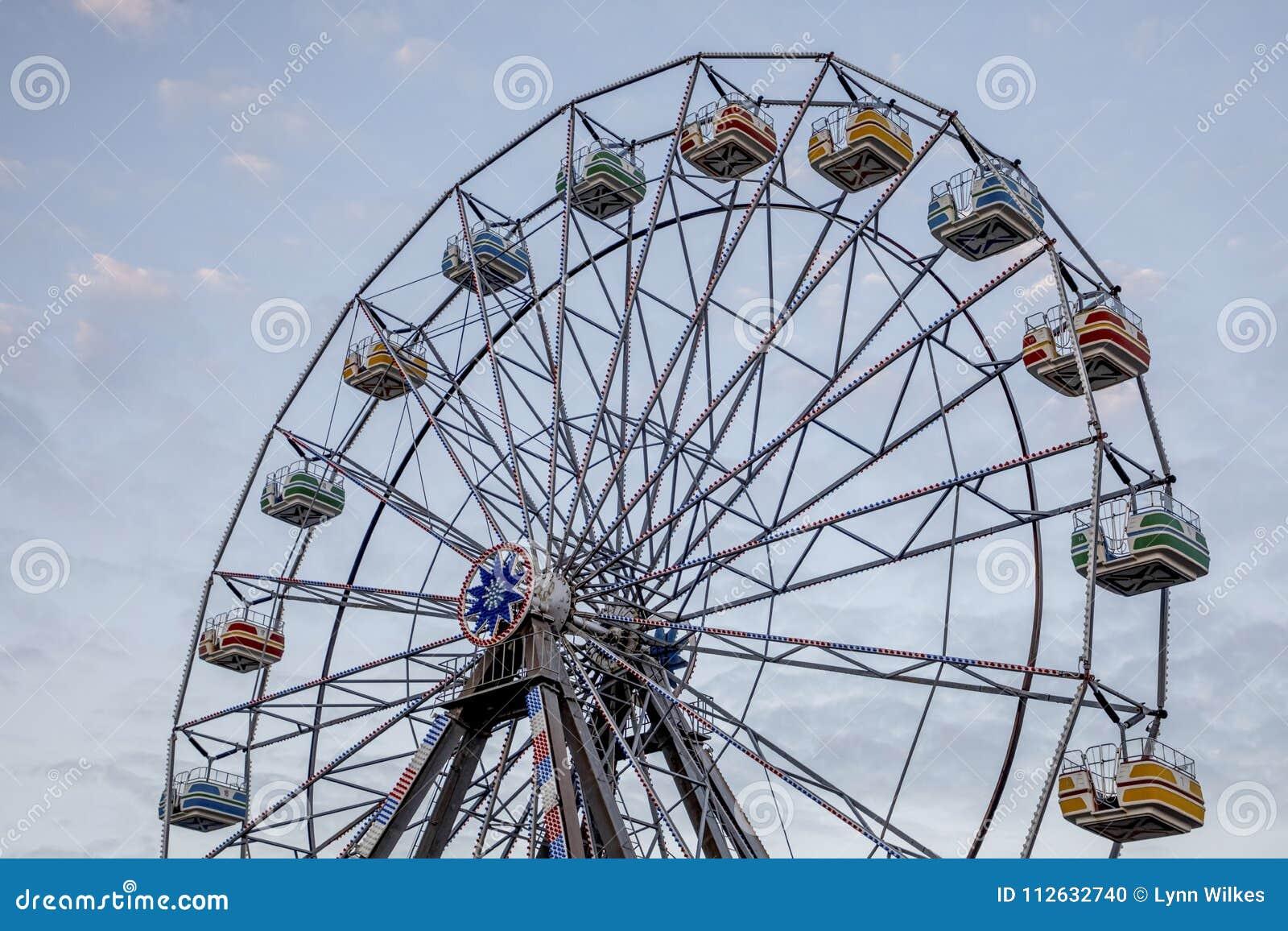 Roda de Ferris de encontro ao céu azul