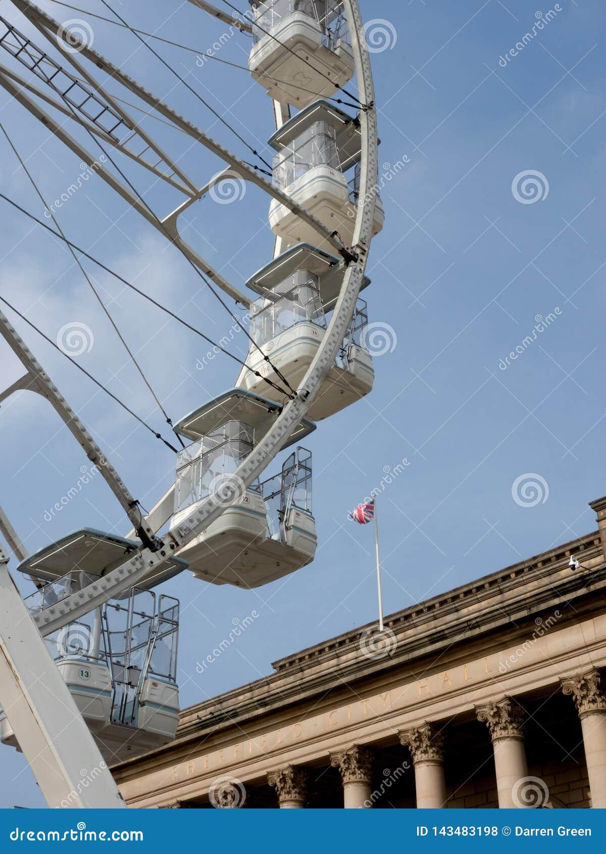 Roda de Ferris fora de Sheffield City Hall