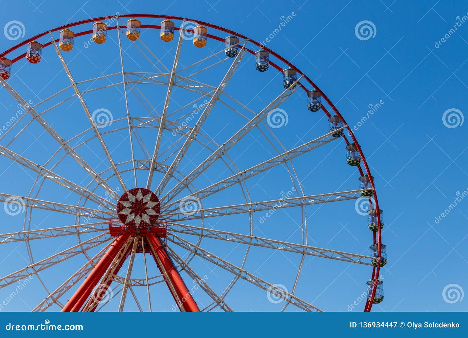 Roda de Ferris no fundo do céu azul no parque de Gorky Kharkov, Ucrânia