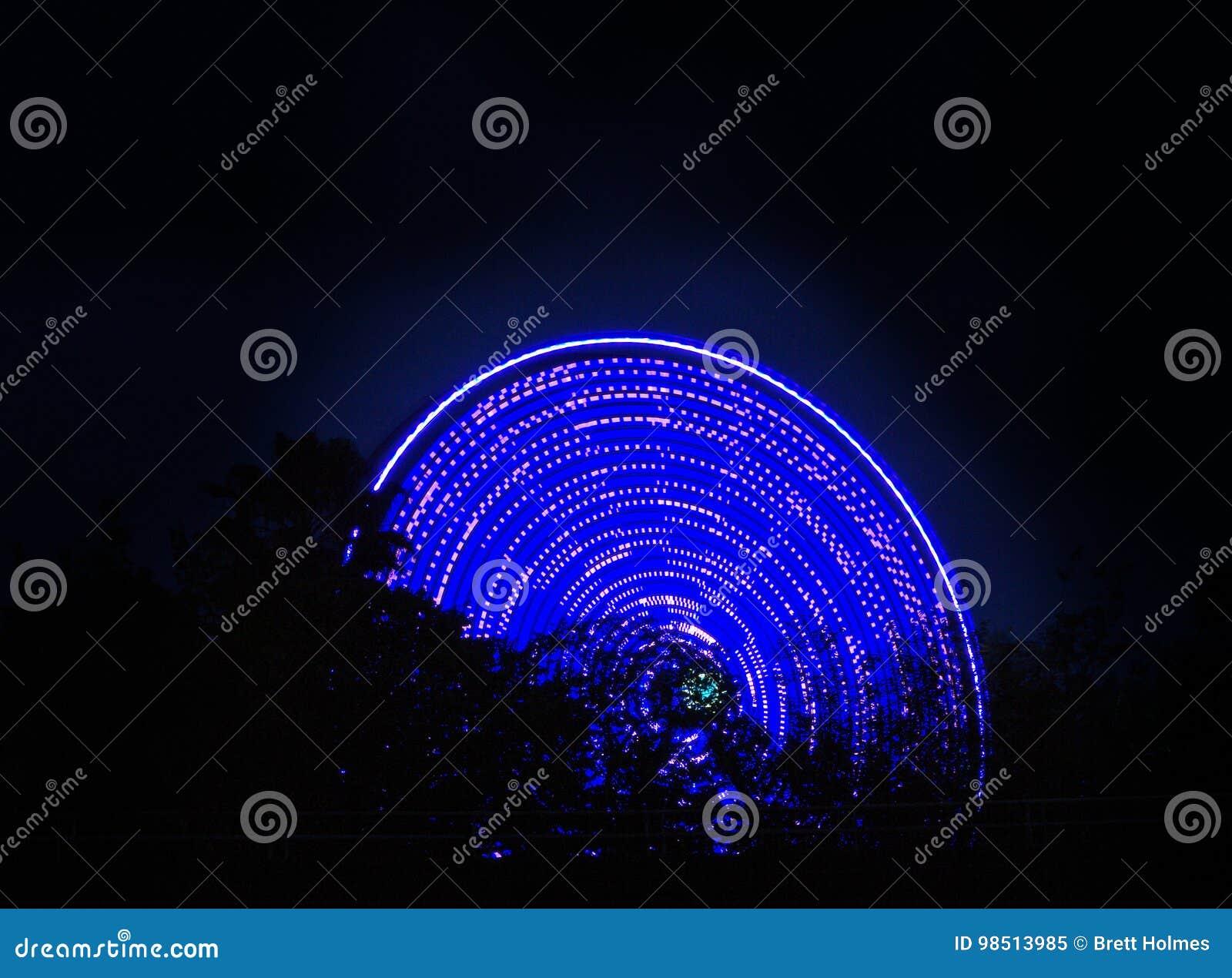 Roda de Ferris que gira na noite