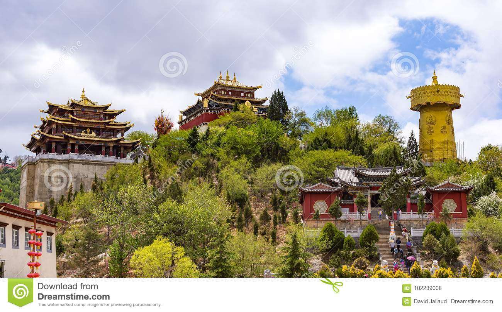 Roda de oração e templo tibetanos gigantes de Zhongdian - privince de Yunnan, China