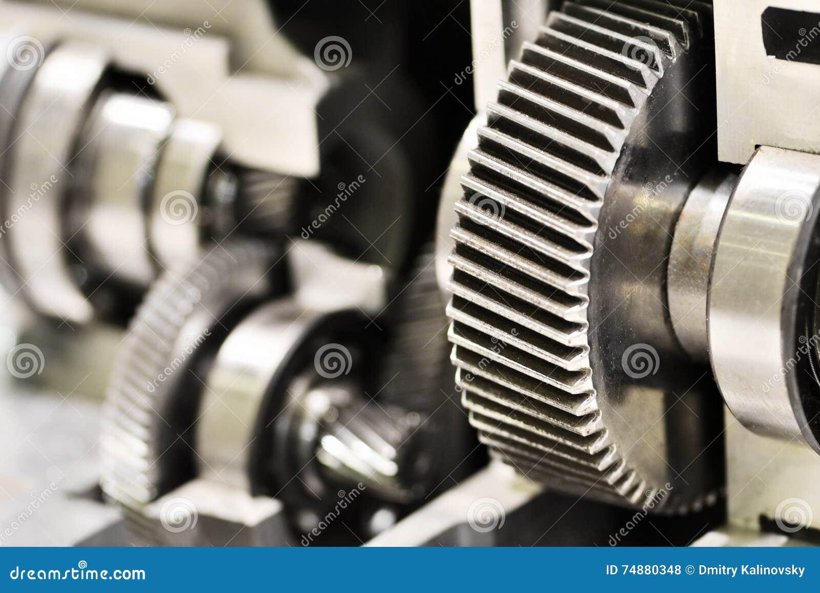 A roda denteada do metal roda dentro a caixa de engrenagens