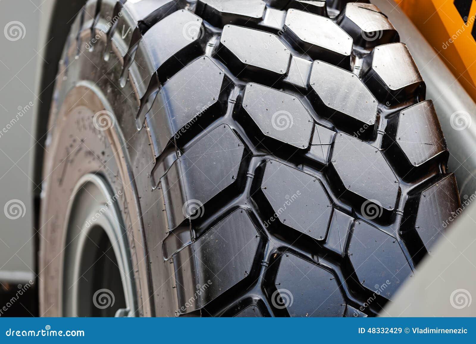Roda e pneu do trator